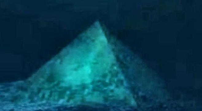 piramida-de-cristal-din-triunghiul-bermudelor