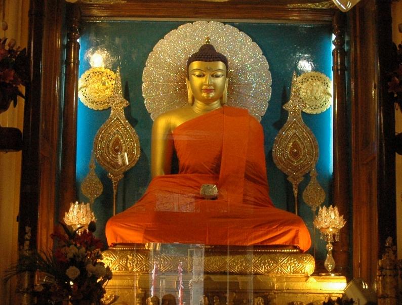 Foto de (WT-shared) Manoj. Statuia lui Buddha Shakyamuni (Gautama Siddhartha), Templul Mahabodhil din Bodh Gaya.Sursa foto Wikipedia.