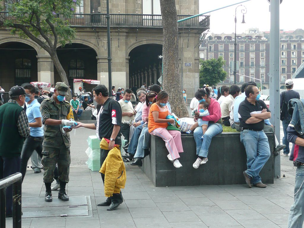 Mexican_military_giving_out_swine_flu_masks