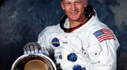 Astronauţii americani au fost alungaţi de extratereştri de pe Lună
