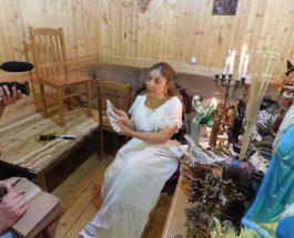 Tămăduitoarea Ioana Sodnia le-a ghicit jurnaliștilor de la Moscova veniți să o intervieveze
