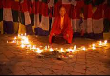 Un călugăr buddhist din Nepal face levitaţie